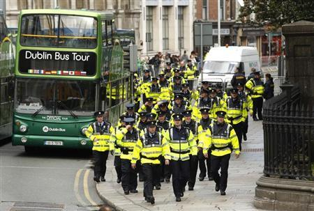 Police arrive at College Green before U.S. President Barack Obama's arrival to address a crowd in Dublin May 23, 2011. REUTERS/Kevin Lamarque