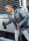 Lewis Hamilton ha minimizado las opciones de su equipo Mercedes para el título de Fórmula 1, después de los elogios de sus rivales Sebastian Vettel y Fernando Alonso. En la imagen, el piloto británico de Fórmula 1 Lewis Hamilton, de Mercedes, en el circuito en una sesión de entrenamiento en Montmeló, el 20 de febrero de 2013. REUTERS/Albert Gea