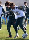 Neymar e David Luiz disputam bola durante treino do Brasil para a Copa América, em 2011. Foto de 02/07/2011. REUTERS/Paulo Whitaker