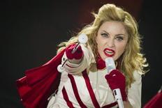 Foto de archivo de la cantante estadounidense Madonna durante un concierto de su gira MDNA en Berlín, jun 28 2012. Madonna fue nombrada el viernes la artista con más ganancias en el negocio de la música en 2012, gracias a su gira mundial que la ayudó a recaudar 34,6 millones de dólares y poner de manifiesto el poder de ingresos de los conciertos en vivo en una industria cada vez más digital. REUTERS/Thomas Peter