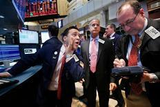Las acciones estadounidenses cerraron al alza el viernes en la Bolsa de Nueva York, impulsadas por la escalada de los papeles de Hewlett-Packard a raíz de unos sólidos resultados trimestrales y por comentarios de Ben Bernanke que disiparon temores de que la Fed pueda reducir sus estímulos. En la imagen, el operador especialista Paul Cosentino (a la izquierda) da un precio antes de la campana de apertura en la Bolsa de Nueva York, el 21 de febrero de 2013. REUTERS/Brendan McDermid
