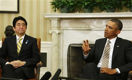 U.S. President Barack Obama makes a point next to Japanese Prime Minister Shinzo Abe (L) in the Oval Office at the White House in Washington February 22, 2013. REUTERS/Larry Downing (UNITED STATES - Tags: POLITICS)