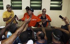 Trabalhadores portuários levantam documentos após uma greve no porto de Santos. 22/02/2013 REUTERS/Paulo Whitaker