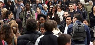 """Soixante pour cent des Français (-6) sont pessimistes pour l'avenir de la société française, contre 38% (+7) qui se déclarent optimistes, selon le baromètre CSA pour BFM TV diffusé samedi. Ce """"regain d'optimisme"""", selon les termes de l'institut, s'observe dans toutes les catégories de population. /Photo d'archives/REUTERS"""