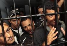 Torcedores do Corinthians, acusados de homicídio de um garoto de 14 anos durante partida da Copa Libertadores, falam a jornalistas atrás das grades em Oruro, Bolívia. 22/02/2013 REUTERS/Daniel Rodrigo
