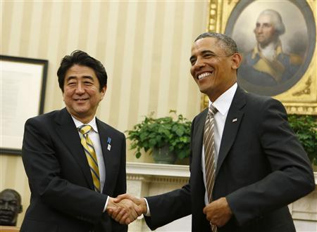 U.S. President Barack Obama shakes hands with Japanese Prime Minister Shinzo Abe (L) in the Oval Office of the White House in Washington February 22, 2013. REUTERS/Larry Downing (UNITED STATES)