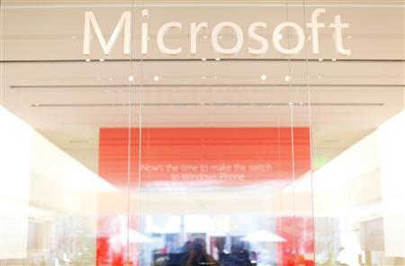 The interior of a Microsoft retail store is seen in San Diego January 18, 2012. REUTERS/Mike Blake (UNITED STATES - Tags: BUSINESS SCIENCE TECHNOLOGY LOGO) - RTR2WJ9J