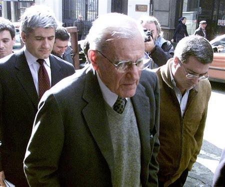Former Uruguayan President Juan Maria Bordaberry (C) walks to the court while being accompanied by undentified relatives, July 28, 2003. REUTERS/Andres Stapff