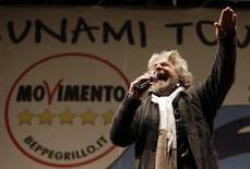 Desde que Silvio Berlusconi irrumpió en la política hace 20 años, ningún principiante ha causado tanta conmoción como el cómico Beppe Grillo de cara a las elecciones nacionales en Italia. En la imagen, Grillo durante un mitin en Roma, el 22 de febrero de 2013. REUTERS/Max Rossi