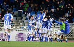 La Real Sociedad superó al Valencia y ascendió hasta la quinta plaza de la tabla tras remontar y terminar ganando 3-1 al Athletic de Bilbao el viernes en el derbi vasco. En la imagen, de 19 de enero, los jugadores de la Real Sociedad celebran uno de los goles que le endosaron al Barça en su victoria por 3-2 frente al conjunto azulgrana en Anoeta. REUTERS/Vincent West