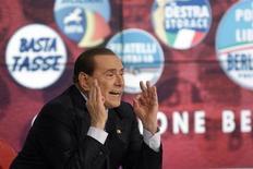 El multimillonario empresario Silvio Berlusconi volvió a sorprender a Italia con un arrollador regreso a la política que crispó los nervios en capitales europeas y entre los inversores, pero las señales muestran que su apuesta final ha fracasado. En la imagen, Berlusconi durante un programa de televisión en la RAI, en Roma, el 22 de febrero de 2013. REUTERS/Remo Casilli