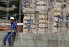 El Gobierno español está tramitando en el Congreso una serie de medidas con las que pretende dinamizar el paralizado mercado de vivienda, fomentando el alquiler y ofreciendo alicientes a inversores que agilicen la colocación del ingente stock de inmuebles en manos de las entidades financieras y el banco malo. En la imagen, un trabajador de la construcción en Sevilla, el 5 de octubre de 2012. REUTERS/Marcelo del Pozo
