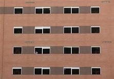 El Gobierno español está tramitando en el Congreso una serie de medidas con las que pretende dinamizar el paralizado mercado de vivienda, fomentando el alquiler y ofreciendo alicientes a inversores que agilicen la colocación del ingente stock de inmuebles en manos de las entidades financieras y el banco malo. En la imagen, un trabajador en una zona en construcción en Sevilla, el 4 de octubre de 2012. REUTERS/Marcelo del Pozo