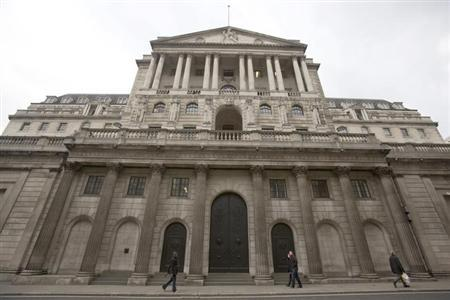 Pedestrians walk past the Bank of England in the City of London February 23, 2013. Britain suffered its first ever sovereign ratings downgrade from a major agency on Friday when Moody's stripped the country of its coveted top-notch triple-A rating, dealing a major blow to finance minister George Osborne. REUTERS/Neil Hall (BRITAIN - Tags: BUSINESS POLITICS)