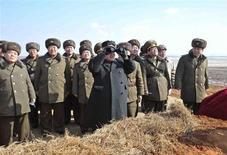 """Líder norte-coreano Kim Jong-Un observa exercício aéreo do Exército do Povo Coreano, em Pyongyang, Coreia do Norte. A Coreia do Norte alertou o principal comandante dos EUA sediado na Coreia do Sul de que suas forças sofrerão """"uma destruição penosa"""" se levarem adiante os exercícios de guerra planejados com tropas sul-coreanas, informou a mídia estatal norte-coreana neste sábado. 23/02/2013 REUTERS/KCNA"""