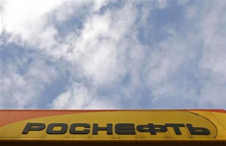 The company logo at a Rosneft petrol station in St.Petersburg October 23, 2012. REUTERS/Alexander Demianchuk