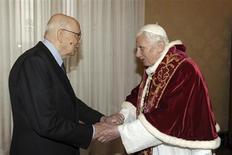 """Papa Bento XVI cumprimenta o presidente italiano, Giorgio Napolitano, durante audiência privada no Vaticano. O Vaticano acusou a mídia italiana neste sábado de espalhar relatórios """"falsos e prejudiciais"""" em ação que classificou como uma tentativa deplorável de influenciar os cardeais que se reunirão em um conclave secreto no próximo mês para eleger um novo papa. 23/02/2013 REUTERS/Osservatore Romano"""