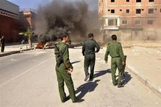 Policiais caminham em meio a conflitos com separatistas na cidade de Mukalla, sul do Iêmen. Um chefe de segurança do Iêmen sobreviveu a uma tentativa de assassinato neste sábado no sul do país, onde três pessoas foram mortas em combates entre suas forças e separatistas. 23/02/2013 REUTERS/Stringer