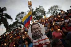 Pessoas carregam velas durante cerimônia pela saúde do presidente venezuelano, Hugo Chávez em Caracas, Venezuela. Chávez, que luta contra um câncer, ainda está sofrendo com problemas respiratórios após uma cirurgia em Cuba dois meses atrás, informou o governo no primeiro e sóbrio comunicado desde a volta do mandatário nesta semana. 22/02/2013 REUTERS/Jorge Silva