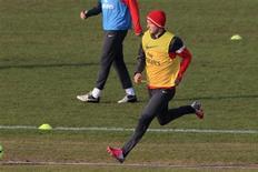 David Beckham fait partie des vingt joueurs retenus dans le groupe parisien en vue du choc de la Ligue 1 contre l'OM, dimanche soir au Parc des Princes, où le PSG évoluera sans Thiago Silva ni Mamadou Sakho. /Photo prise le 13 février 2013/ REUTERS/Gonzalo Fuentes