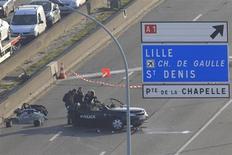 """Une information judiciaire pour """"meurtre aggravé"""" a été ouverte samedi par le parquet de Paris après la mort de deux policiers jeudi lors d'une course poursuite sur le périphérique parisien, selon une source judiciaire. /Photo prise le 21 février 2013/REUTERS/Gonzalo Fuentes"""