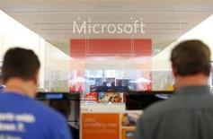 """Microsoft a annoncé avoir été la cible d'une cyberattaque """"similaire"""" à celle dont ont récemment été victimes Apple et Facebook mais il semble qu'aucune donnée personnelle des clients du groupe n'ait été affectée. /Photo d'archives/REUTERS/Mike Blake"""