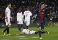 Le FC Barcelone est finalement venu à bout du FC Séville 2-1 en deuxième mi-temps grâce à des buts de David Villa et Lionel Messi (photo). Ces deux buts ont permis au Barça de se remettre d'aplomb après sa défaite 2-0 mercredi face au Milan AC en huitièmes de finale aller de la Ligue des champions. /Photo prise le 23 février 2013/REUTERS/Albert Gea