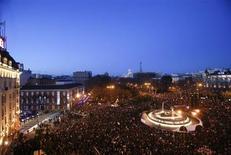 """Cuarenta y cinco personas fueron detenidas en Madrid, nueve de ellas menores de edad, durante los altercados que se produjeron tras finalizar el sábado las manifestaciones convocadas por la llamada """"Marea Ciudadana"""" contra los recortes del Gobierno, según informó el domingo la Policía Nacional. En la imagen, manifestantes en los alrededores de la Plaza de Neptuno en Madrid, el 23 de febrero de 2013. REUTERS/Juan Medina"""