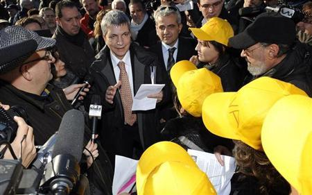 Nichi Vendola (C), leader of SEL (Left Ecology Freedom) party and governor of the southern Italian region of Puglia, speaks with Fiat workers during a protest outside Fiat Mirafiori car factory in Turin January 12, 2011. REUTERS/Giorgio Perottino