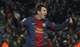 Lionel Messi ayudó al Barcelona a sacudirse la resaca tras la derrota que sufrieron a mitad de semana contra el AC Milan en una noche de sábado en la que el líder de la Liga terminó ganando por 2-1 en casa al Sevilla, otro de los semifinalistas de Copa del Rey. En la imagen, de 23 de febrero, Lionel Messi celebra el gol de la victoria azulgrana contra el Sevilla en Liga. REUTERS/Albert Gea