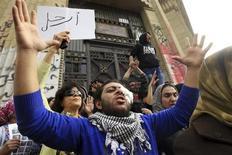 Egipto adelantó el sábado el comienzo de las elecciones parlamentarias al 22 de abril para resolver una disputa con la minoría cristiana, quienes argumentaban que la fecha original coincidía con sus celebraciones de Pascua de Resurrección. En la imagen, opositores del presidente Mohamed Mursi protestan en El Cairo, el 22 de febrero de 2013. REUTERS/Mohamed Abd El Ghany