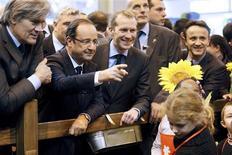 """Des figures de l'UMP se sont offusquées dimanche d'une petite phrase de François Hollande au Salon de l'Agriculture. Lors d'un bref échange avec de très jeunes visiteurs, capté par des caméras de télévision, il a répondu avec ironie à un de ces enfants, qui lui disait n'avoir jamais vu Nicolas Sarkozy en chair et en os : """"Ah ben, tu ne le verras plus !"""" /Photo prise le 23 février 2013/REUTERS/Kenzo Tribouillard/Pool"""