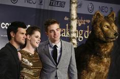 """La popular película sobre vampiros """"Crepúsculo La Saga: Amanecer Parte 2"""" fue criticada ferozmente el sábado en los premios Razzie, ganando siete """"premios"""" en el concurso anual de peores películas y actuaciones del año. En la imagen, de archivo, Robert Pattinson, Kristen Stewart y Taylor Lautner posan en el estreno de la última película de la saga Crepúsculo en Berlín. REUTERS/Thomas Peter"""