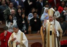 Activistas católicos han pedido a un cardenal de Estados Unidos que rechace formar parte del proceso de elección del nuevo papa para no insultar a los supervivientes de los abusos sexuales cometidos por sacerdotes mientras era arzobispo de Los Ángeles. En la imagen, de archivo, el cardenal Roger Mahony durante la misa del día de Navidad en la catedral de Los Ángeles. REUTERS/Joshua Lott