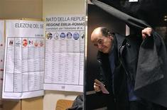 Líder do partido Democrático, Pierluigi Bersani, deixa cabine de votação em seção eleitoral de Piacenza, Itália. Os italianos começaram a votar neste domingo em uma das eleições parlamentares mais atentamente seguidas em anos, com os mercados ansiosos para que resultem em um governo forte para tirar a Itália da recessão e ajudar a resolver a crise da zona do euro. 24/02/2013 REUTERS/Paolo Bona