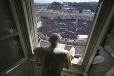 Pour sa dernière bénédiction du dimanche avant de renoncer à ses fonctions, le pape Benoît XVI, qui s'est exprimé devant des milliers de fidèles rassemblés place Saint-Pierre, a déclaré qu'il obéissait à la volonté de Dieu et qu'il n'abandonnait pas l'Eglise catholique. /Photo prise le 24 février 2013/REUTERS/Osservatore Romano