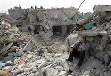 Homem lamenta-se em área atingida na sexta-feira pelo o que ativistas dizem ter sido um míssel Scud no bairro de Ard al-Hamra de Aleppo, Síria. Os Estados Unidos condenaram um ataque de mísseis Scud pelo Exército da Síria, que matou dezenas de pessoas na sexta-feira na cidade de Aleppo, e convidaram a oposição síria para conversações sobre como encontrar uma solução negociada para o conflito. 23/02/2013 REUTERS/Muzaffar Salman