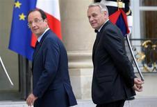 La cote de popularité de François Hollande et Jean-Marc Ayrault s'est légèrement redressée en février, par rapport à janvier, chacun d'entre eux progressant d'un point, selon un sondage réalisé par l'institut OpinionWay pour le quotidien gratuit Metro et la chaîne de télévision LCI. /Photo d'archives/REUTERS/Philippe Wojazer