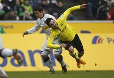 Amin Younes, du Borussia Mönchengladbach (à gauche), à la lutte avec Ilkay Guendogan, du Borussia Dortmund. Dortmund, champion d'Allemagne en titre, a été tenu en échec 1-1 dimanche sur le terrain de Mönchengladbach. /Photo prise le 24 février 2013/REUTERS/Ina Fassbender