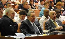 Ex-líder cubano Fidel Castro (E) participa de sessão de abertura da Assembleia Nacional do Poder Popular com seu irmão Raúl (C) em Havana, Cuba. Fidel Castro, que governou o país por 49 anos, reapareceu no domingo na sessão de abertura da Assembleia Nacional, depois de se ausentar repetidamente devido a uma doença grave que sofreu em 2006. 24/02/2013 REUTERS/AIN FOTO/Marcelino Vazquez