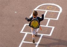 Le ministre de l'Education nationale Vincent Peillon a proposé dimanche sur BFM de raccourcir les vacances scolaires d'été à six semaines au lieu de deux mois et de les organiser selon deux zones géographiques. /Photo d'archives/REUTERS/Charles Platiau