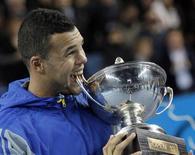 Francês Jo-Wilfried Tsonga morte troféu após ganhar partida contra o checo Tomas Berdych na final do torneio de tênis Open 13 em Marseille, França. Tsonga salvou um match point para vencer o número 6 do mundo Tomas Berdych por 3-6, 7-6 e 6-4 na final do Aberto de Marselha e conquistar o seu décimo título da ATP, neste domingo. 24/02/2013 REUTERS/Jean-Paul Pelissier