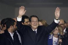 Le conservateur Nicos Anastasiades a remporté une large victoire, dimanche, au second tour de l'élection présidentielle à Chypre, s'engageant à trouver rapidement un accord de sauvetage financier avec les partenaires européens de l'île. Selon les résultats définitifs, il a obtenu 57,5% des voix, devançant de 15 points son rival Stavros Malas. /Photo prise le 24 février 2013/REUTERS/Yorgos Karahalis