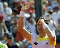 Spain's David Ferrer waves to spectators after defeating Switzerland's Stanislas Wawrinka in the Buenos Aires Open men's single tennis match at the Buenos Aires Lawn Tennis Club February 24, 2013. REUTERS/Enrique Marcarian