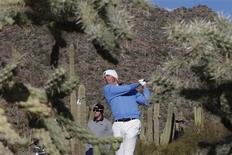 Matt Kuchar (R) of the U.S. tees off on the 16th hole as Hunter Mahan of the U.S. watches in the background during the championship match of the WGC-Accenture Match Play Championship golf tournament in Marana, Arizona February 24, 2013. REUTERS/Matt Sullivan