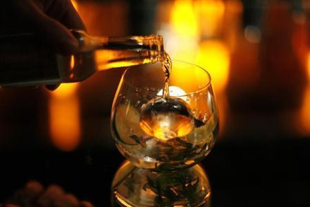 Una bebida se vierte en un bar de Beverly Hills, California Diciembre 10, 2008. REUTERS / Mario Anzuoni