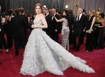 A atriz Amy Adams, que concorre ao Oscar de melhor atriz coadjuvante, chega ao tapete vermelho para a cerimônia do Oscar, no Teatro Dolby, em Los Angeles, nos Estados Unidos, neste domingo. 24/02/2013 REUTERS/Lucy Nicholson