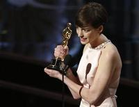 """Anne Hathaway ganha o Oscar de melhor atriz coadjuvante por seu trabalho em """"Os Miseráveis"""", em Los Angeles, nos Estados Unidos, na madrugada desta segunda-feira. 25/02/2013 REUTERS/Mario Anzuoni"""