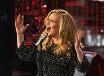 """A cantora britânica Adele interpreta """"Skyfall"""", que ganhou o Oscar de melhor canção original, durante a cerimônia do Oscar, em Los Angeles, na madrugada desta segunda-feira. 25/02/2013 REUTERS/Mario Anzuoni"""