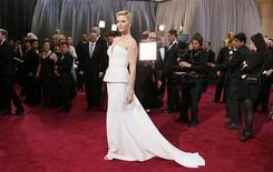 Actress Charlize Theron wearing white Dior Haute Couture column gown arrives at the 85th Academy Awards in Hollywood, California February 24, 2013. REUTERS/Lucy Nicholson